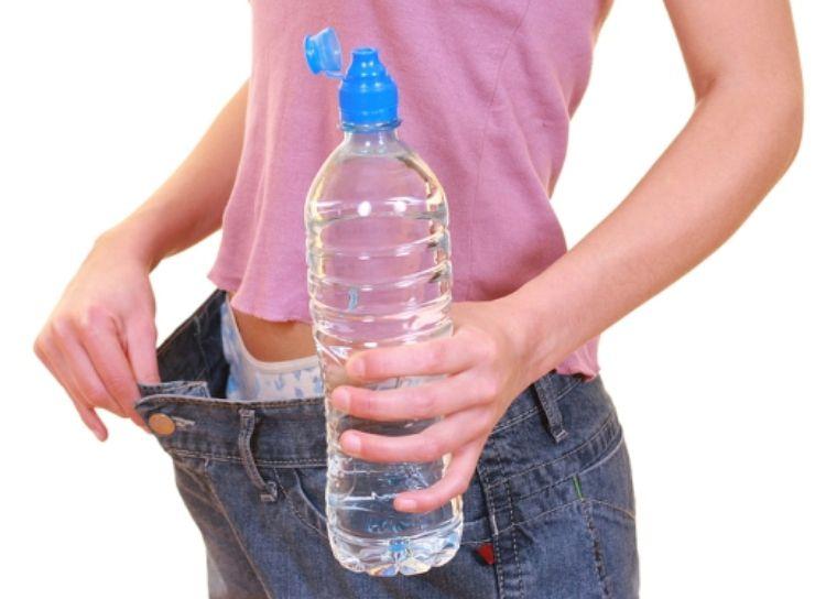 Come dimagrire bevendo acqua: la quantità giornaliera da assumere