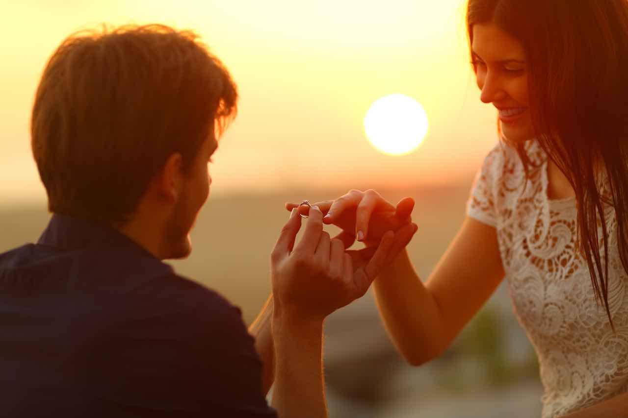 Anello di fidanzamento messo al dito anulare