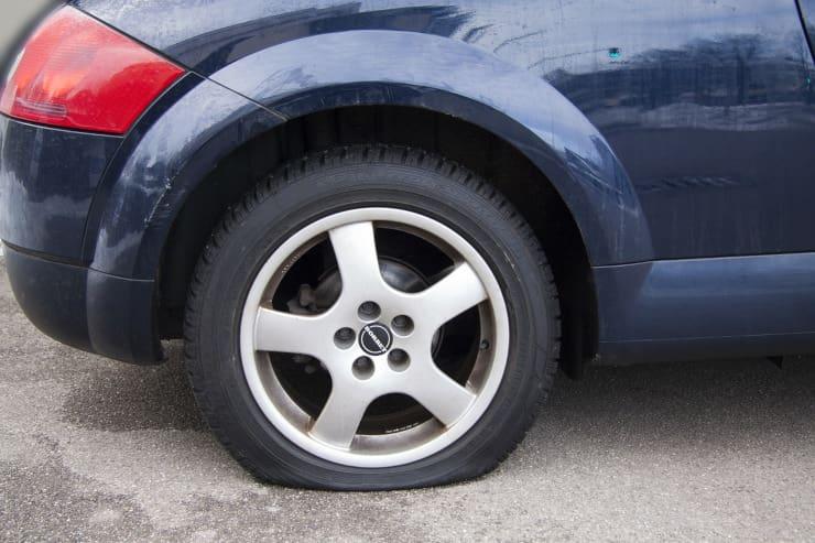 guida automobile gomma bucata