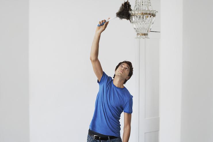 uomo pulisce lampadario di cristallo