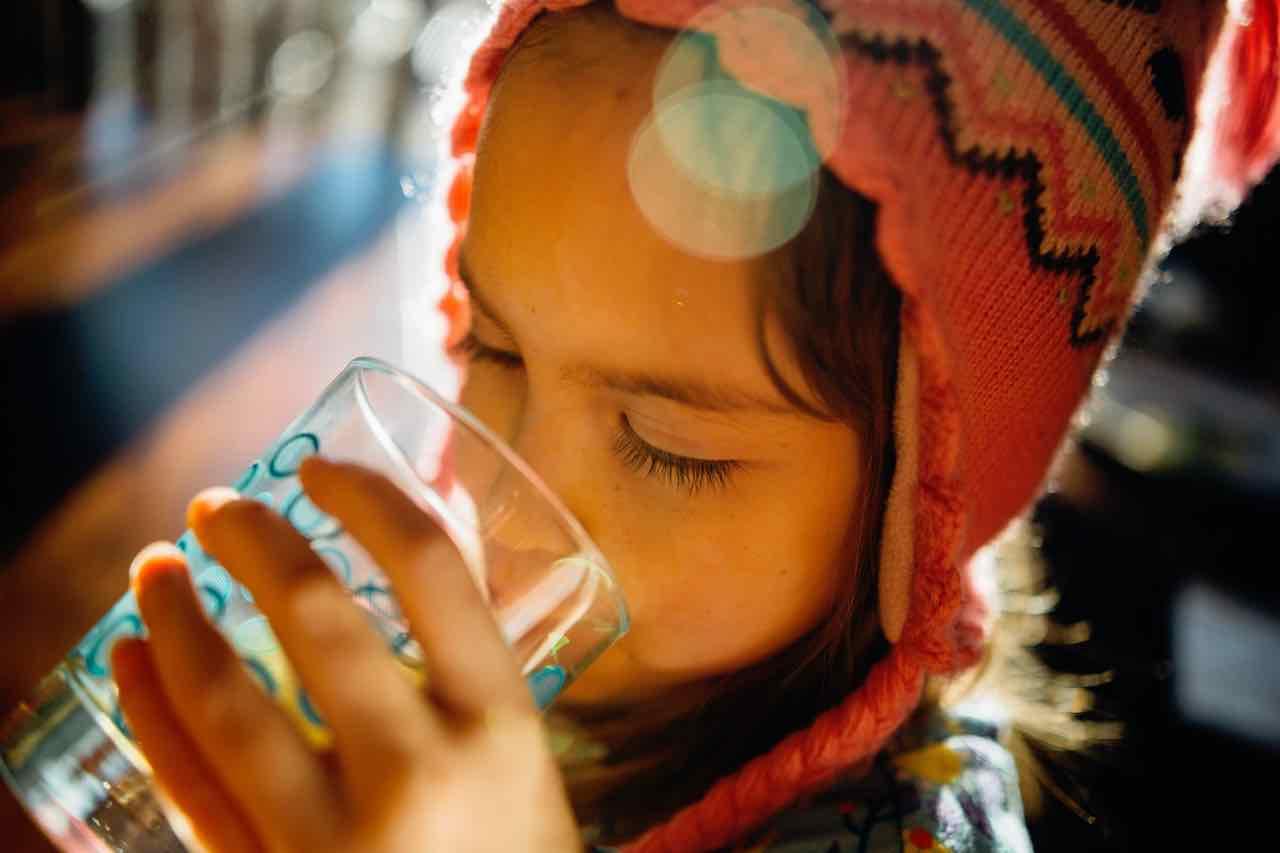 bambina beve per il singhiozzo