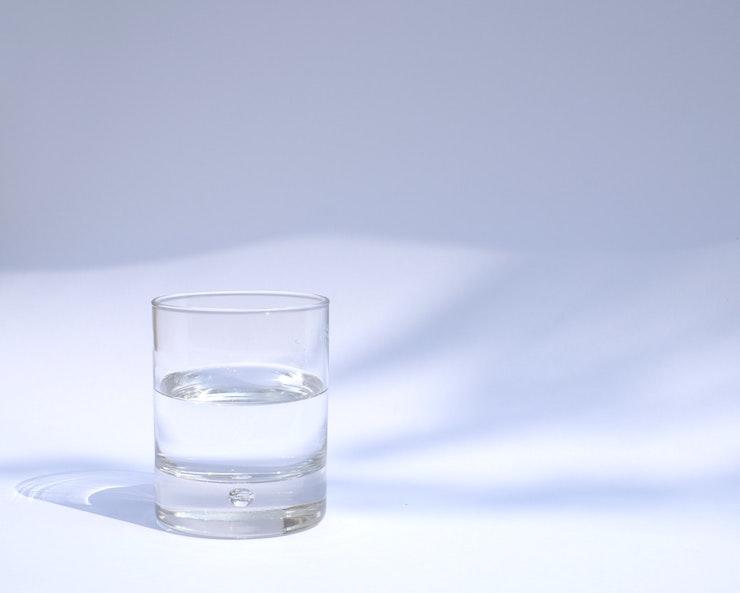 Bicchiere d'acqua rimedio per singhiozzo