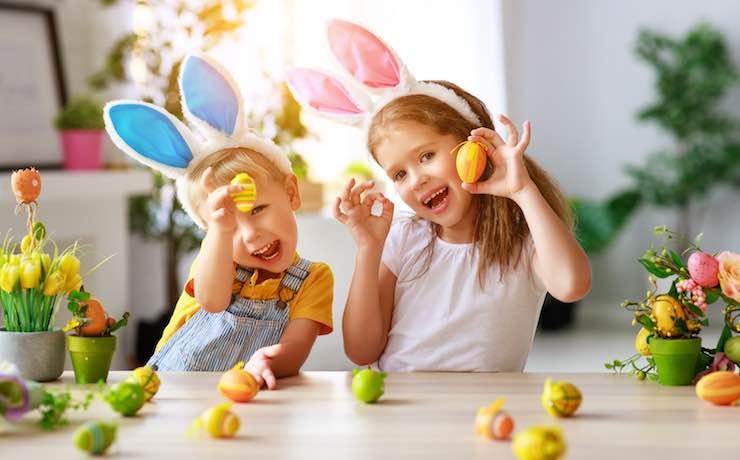 Bambini pronti per la caccia alle uova