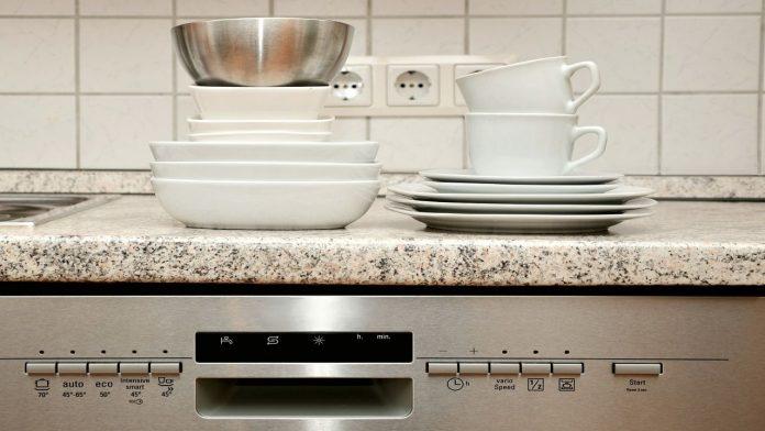 Cosa si può lavare in lavastoviglie: i consigli per non sbagliare