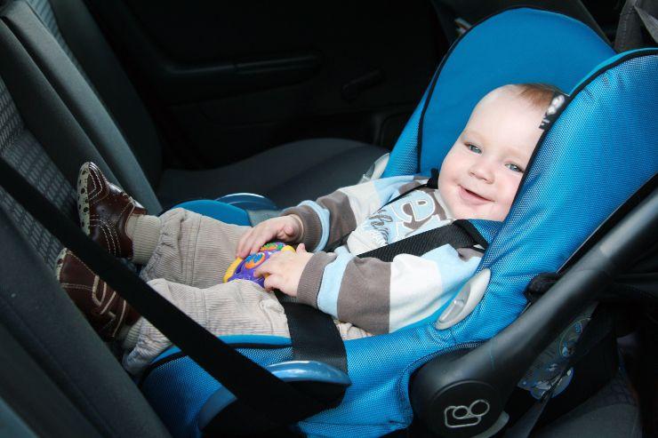 Bambini e sicurezza in auto: le regole da considerare
