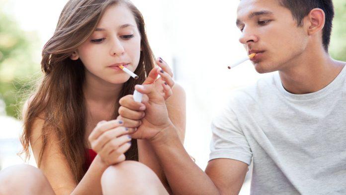 Adolescenti e fumo: consigli utili per capire se vostro figlio fuma