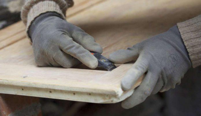 Come carteggiare un mobile in legno