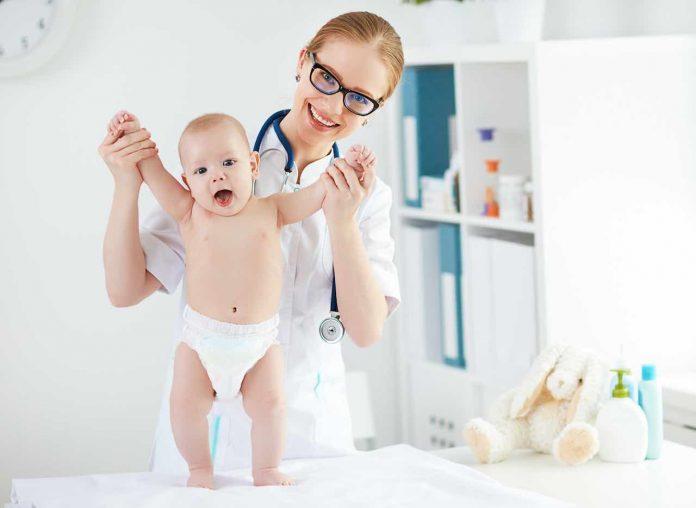 pediatra con neonato