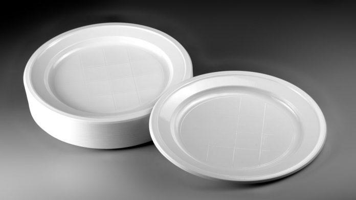 Piatti di plastica: sono dannosi per la salute? La risposta degli esperti