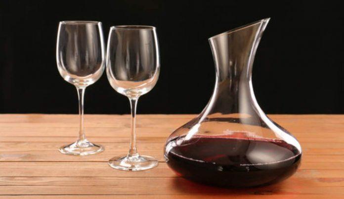 Pulire la caraffa del vino