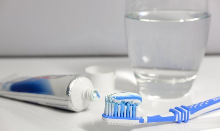 Spazzolino e dentifricio, lavarsi i denti