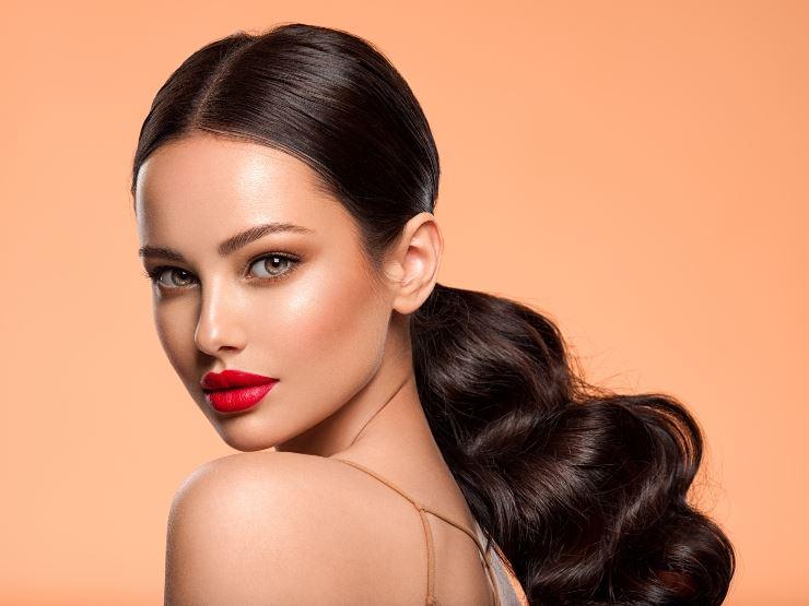 Acconciature per capelli mossi: idee e consigli utili