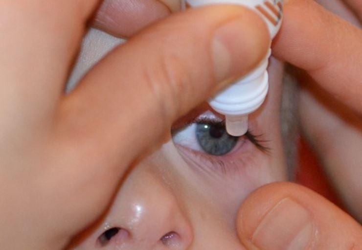 Occhi rossi nei bambini: come applicare il collirio con questo metodo infallibile