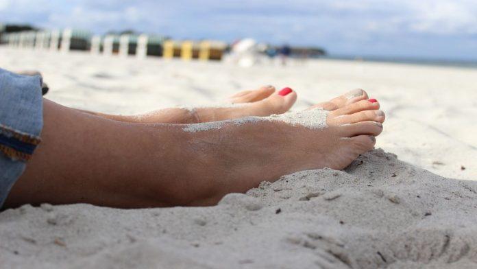 Sabbia che scotta: il metodo infallibile per non ustionarsi i piedi in spiaggia