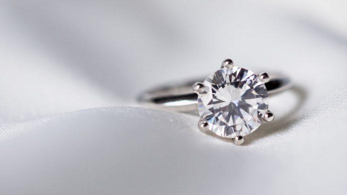 anello oro bianco diamanti pulire
