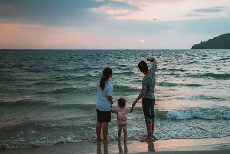 Cellulare in spiaggia: i pericoli che possono causarne la rottura