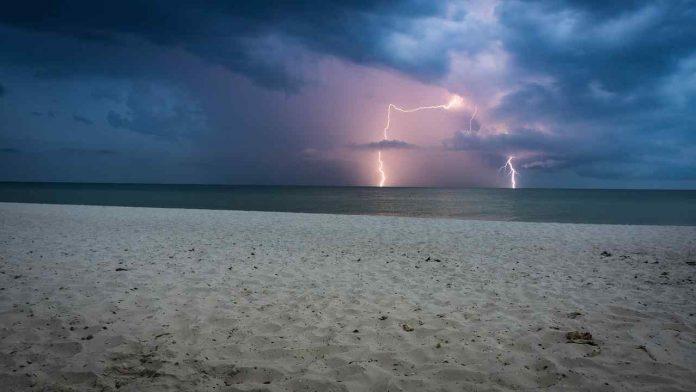 Temporale in spiaggia: i comportamenti che ci mettono in pericolo