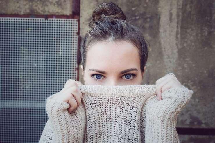 Peli sul mento: perché crescono e quando bisogna preoccuparsi