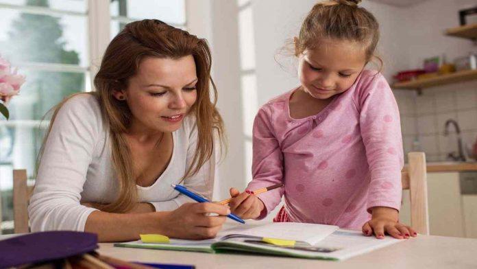 Figlie e compiti delle vacanze: 3 consigli utili per i genitori